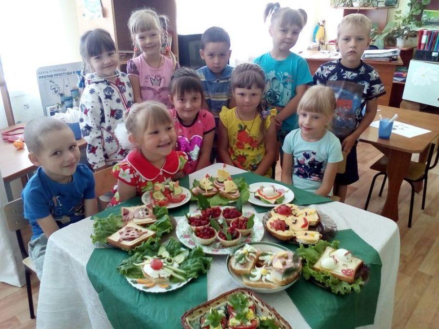С днем рождения ребят поздравляет детский сад!