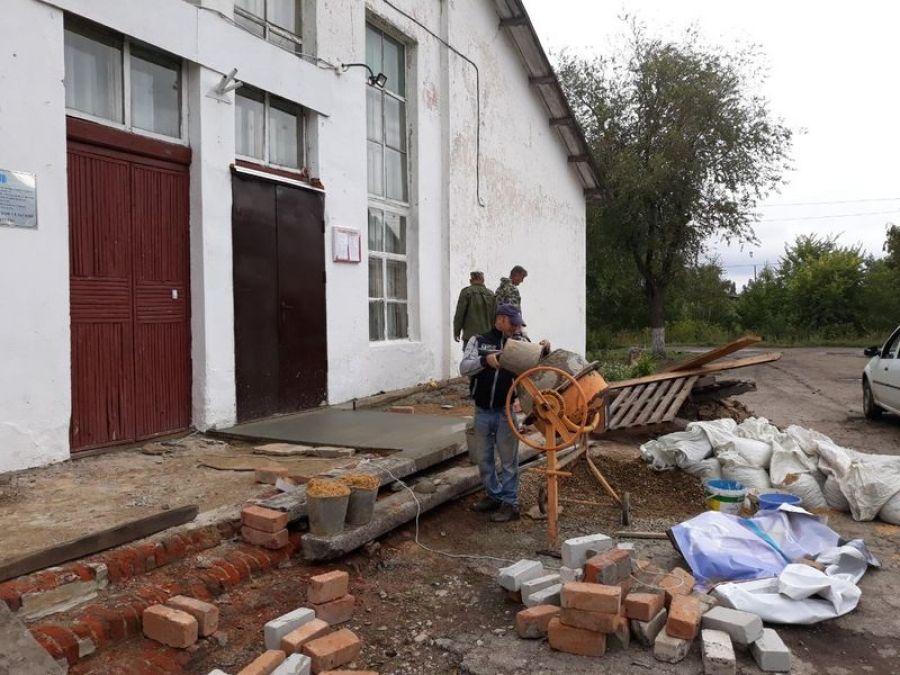 Ремонт крыльца в Большеивановском сельском доме культуры