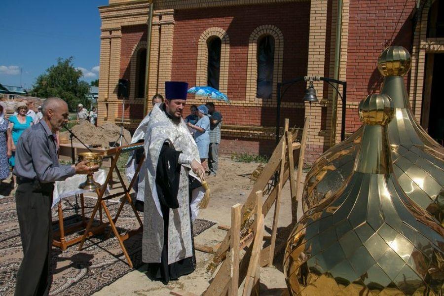 Освящены кресты и купола храма святителя Николая в Октябрьском Городке