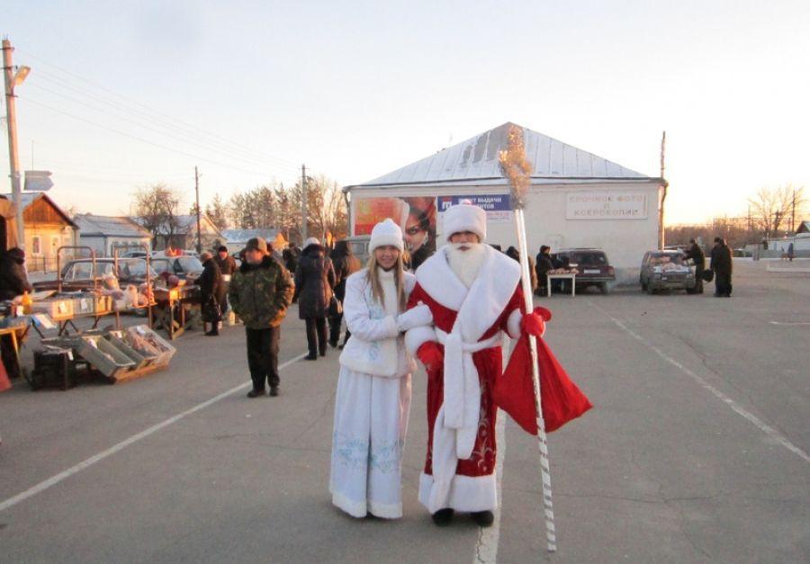 Предновогодняя ярмарка прошла с Дедом Морозом и Снегурочкой