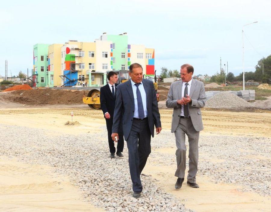 Александр Стрелюхин посетил строящийся детский сад в Татищево