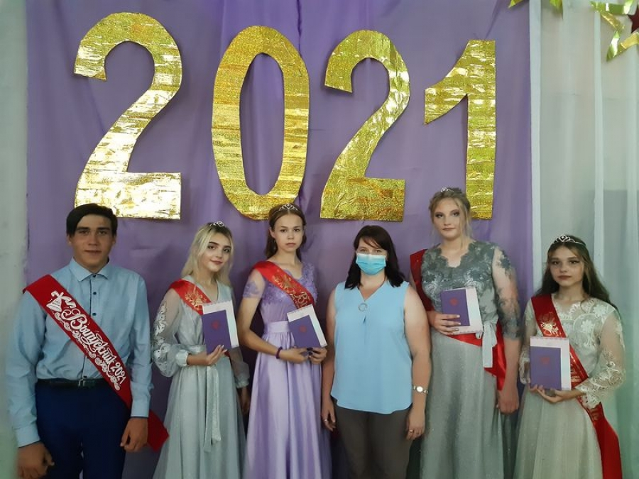 Вручение аттестатов  в школе села Карамышка