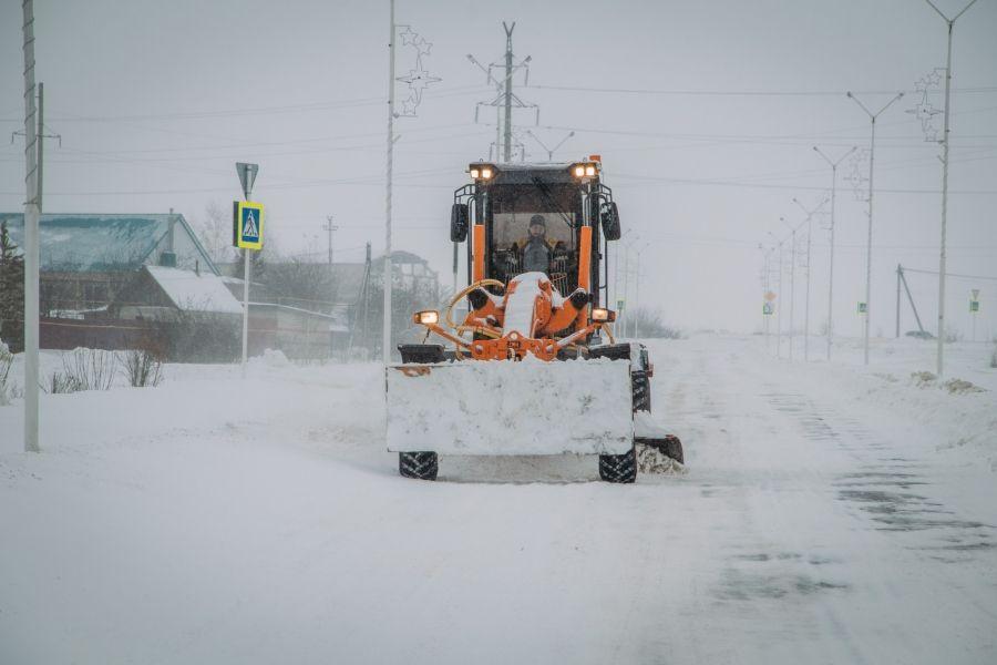 В р.п.Татищево ведутся работы по расчистке дорог после обильного снегопада и метели