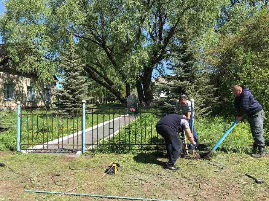 Новое ограждение памятника в с.Карамышка