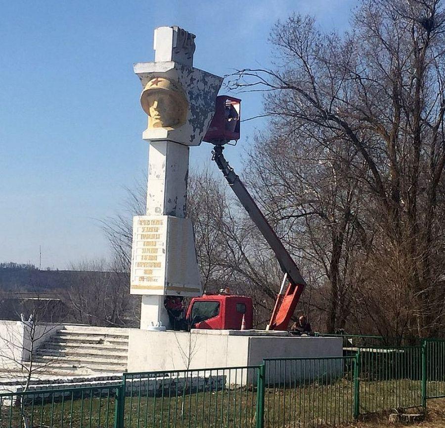 В с.Курдюм приступили к косметическому ремонту памятника