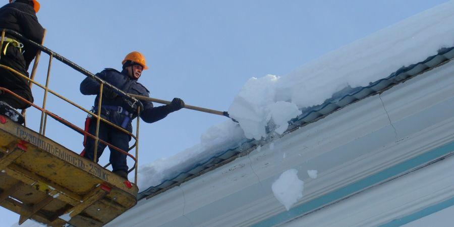 Как обеспечить охрану труда при уборке производственной территории и очистке крыш от снега и льда