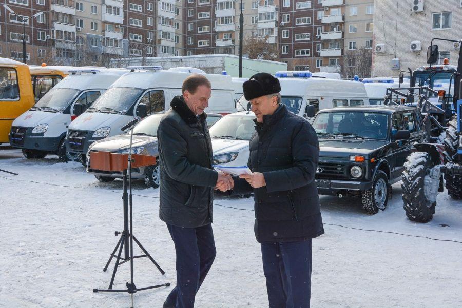 В Татищевском районе обновилась дорожная техника и школьный автопарк