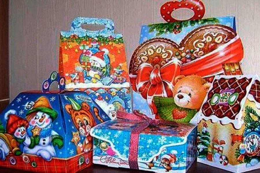 Выдача новогодних подарков и пригласительных билетов на новогодние представления осуществляется исключительно по заявительному принципу